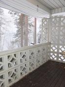 Makuuhuoneen 1 yhteydessä on katettu terassi järvelle päin