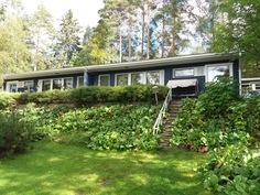 Talo järven puolelta. Talo sijaitsee isolla 6520 m2:n tontilla.