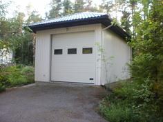Nosto-ovella varustettu talli, jossa ovikorkeus 3,2 metriä.