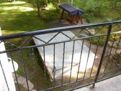 Yläterassilta portaat pihalle, jossa on pieni uima-allas.