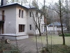Taloa, pihaa ja autotallia toisesta päädystä kuvattuna.