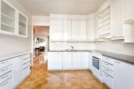 Keittiö - sivukaapit - näkymä olohuoneeseen
