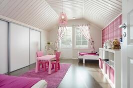 yläkerran makuuhuone, josta käynti parvekkeelle