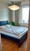 Makuuhuone, ikkuna lasitetulle parvekkeelle, tuuletusikkuna, sälekaihtimet
