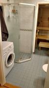 Suihkunurkkaus ja paikka pesukoneelle (pesukoneliitäntä)