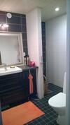 Kylpyhuone (mahtuu myös pesukone, wc istuimen taakse)