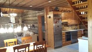Ruokailutila, keittiö ja olohuone taustalla
