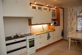 Tilavassa keittiössä on myös puuhella.