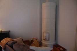 Pönttöuuni luo kodikasta tunnelmaa tilavaan olohuoneeseen.