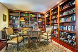 Olohuoneen kirjastonurkka