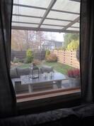 Näkymä takapihalle olohuoneen ikkunasta