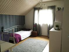 yläkerta makuuhuone 1