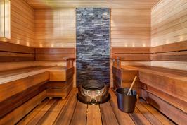 Sauna uusittu vuonna 2011, lauteet jättiläistuijaa, ainavalmis kiuas