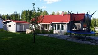 Näkymä takapihalta talolle