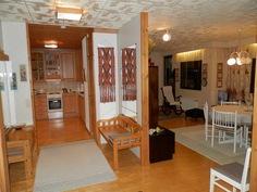 Yläkerta, olohuone ja keittiö