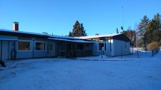 Talvinen kuva piha-alueelta.