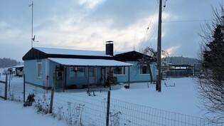 Talvinen kuva talon länsipäädystä.
