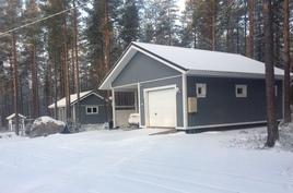 Autotalli/katos ja puuliiteri sekä varasto.