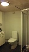 Kylpyhuone ja wc pohjakerroksessa