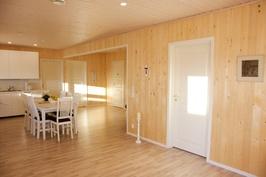Olohuone ja keittiö yhtenäistä valoisaa tilaa