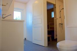Kodinhoitohuoneessa wc-pönttö, käynti pesuhuoneeseen ja saunaan
