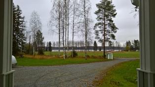 Näkymä talon pääsisäänkäynniltä järvelle