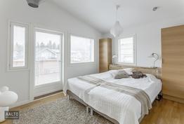 Pihan puoleinen yläkerran makuuhuone