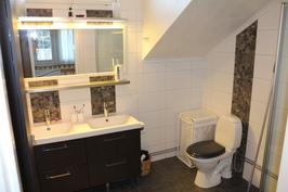 Pesutila yläkerrassa/Tvättrum uppe