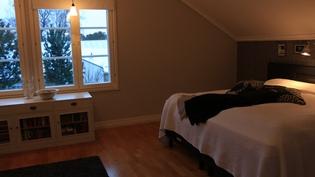 Yläkerran iso makuuhuone/Stort sovrum uppe