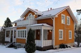 Kaunis puutalo rakennettu perinteiseen tyyliin/Vackert trähus i traditionell stil