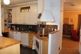 Tilava ja käytännöllinen keittiö/Rymligt och funktionellt kök