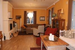 Tilava olohuone varaavalla takalla/Rymligt vardagsrum med ackumulerande spis