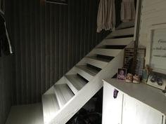Lämpimästä eteisestä portaat yläkertaan