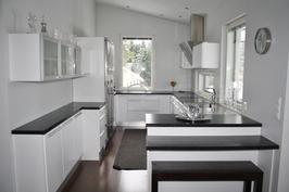 Ikkunat tuovat valoa moderniin ja tyylikkääseen keittiöön