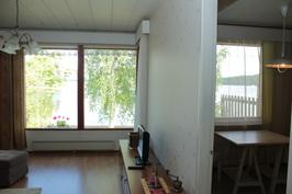 Olohuone ja keittiö rannan puolella