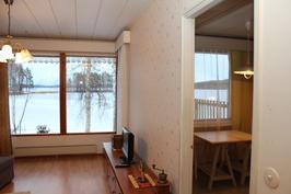 Olohuoneen ja keittiön näkymiä pihalle ja Saimaalle