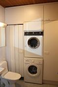 Kylpyhuoneeseen mahtuu hyvin pyykinpesukone ja kuivausrumpu