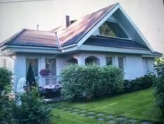 Talo ja takapiha kesällä