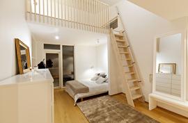 Yläkerran makuuhuone parvella