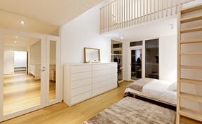 Yläkerran makuuhuone parvella ja käynti parvekkeelle