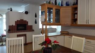 Näkymä keittiöstä olohuoneeseen
