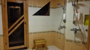 Pesuhuone saunan yhteydessä