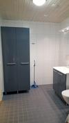 Kylpyhuone; pesukone ja kuivausrumpu nurkkaan