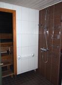 Suihkuhuoneessa 2 suihkua