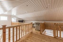 Yläkerran aula ja tv-huone