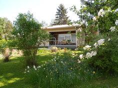 Talo puutarhan suunnasta