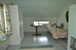 Yläkerta, pohjoispään huone