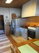 Keittiössä toimivat leivinuuni ja puuhella
