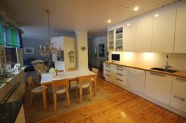 Näkymä kodinhoitohuoneesta keittiöön