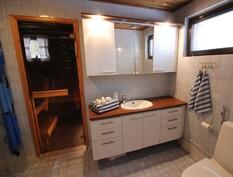 Ikkunallinen pesuhuone, jossa toinen wc